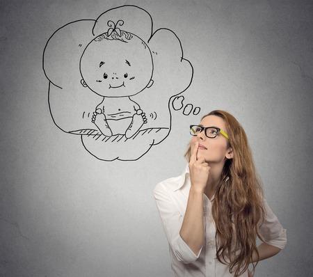 Retrato mulher de pensamento de uma criança