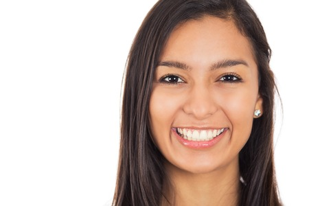 Mujer joven feliz con sonrisa perfecta aislada en el fondo blanco Foto de archivo