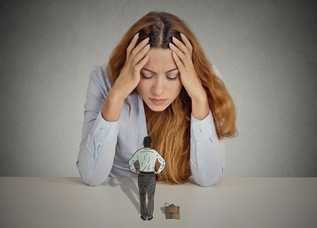 discriminacion: Desesperado mujer de negocios estresado apoyado en un escritorio pequeño hombre ejecutivo mandona condescendiente ella. Emociones humanas negativas enfrentan sentimientos de expresión percepción vida