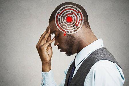 inteligencia emocional: Decisión correcta estrategia sabiduría concepto. Perfil lateral joven resolución de problemas aislados sobre fondo gris de la pared. Expresión de la cara