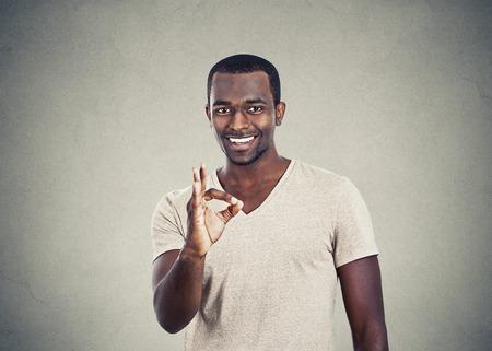 buen trato: apuesto hombre feliz dando signo ok