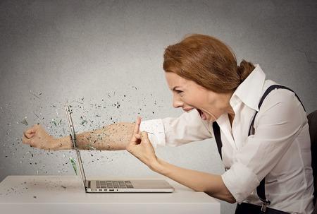 virus informatico: Perfil lateral enojado empresaria furioso lanza un pu�etazo en el ordenador, gritando. Las emociones negativas humanos, las expresiones faciales, los sentimientos, la agresi�n, problemas de control de ira concepto