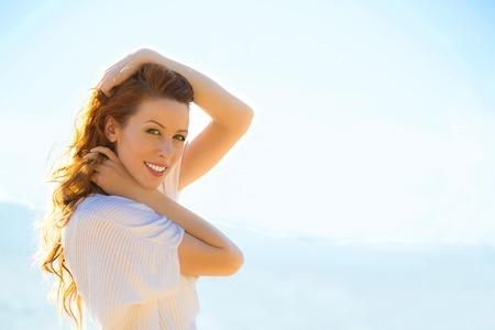 femme romantique: Portrait de l'été jeune femme à l'extérieur. couleurs ensoleillées doux.