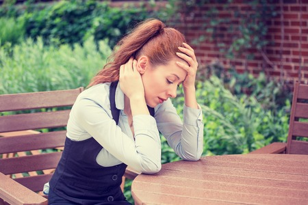 portret benadrukt droevige jonge vrouw buitenshuis. Stad stijl stedelijke leven van stress Stockfoto