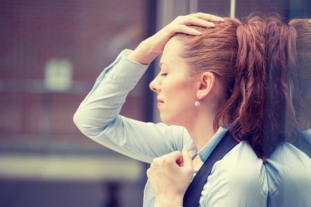 dolor de cabeza: retrato destac� la mujer joven triste al aire libre. Ciudad estr�s estilo de vida urbano Foto de archivo