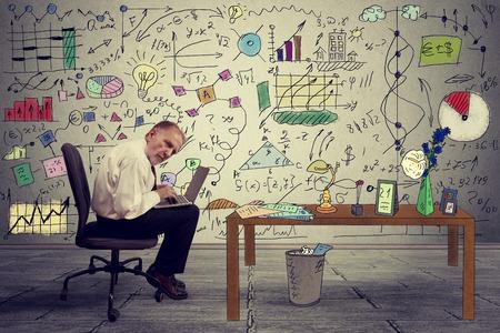 Exécutif homme d'affaires supérieurs travaillant sur un ordinateur portable dans le bureau. Société d'analyse de conseiller en placement d'entreprise Rapport financier annuel du compte de bilan documents graphiques. concept de l'Economie Banque d'images - 38602453