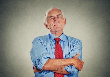 jefe enojado: Retrato de gru��n infeliz enojado hombre maduro altos aislados sobre fondo gris de la pared. Emociones humanas negativas, sentimientos de expresi�n cara Foto de archivo