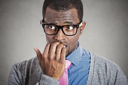 nerveux: Soucieux jeune homme d'affaires en d�tournant les yeux