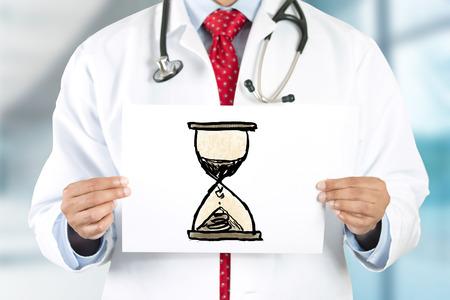 Arts handen houden bord met san klok