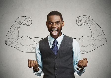 exito: Retrato del primer estudiante exitoso, aislado hombre de negocios de éxito ganadora, puños bombeados celebrando fondo de la pared gris feliz. Expresión facial emoción humana positiva. Percepción vida, logro