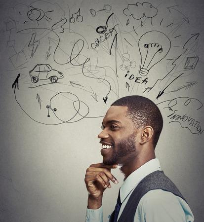 근접 촬영 초상화 행복 한 젊은 남자가 회색 벽 배경에 고립 된 많은 아이디어를 가지고