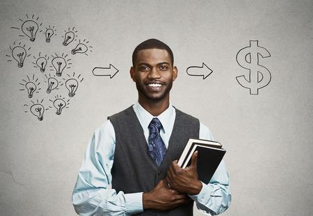competencias laborales: Feliz, sonriente hermoso hombre sosteniendo libros tiene ideas listas para el éxito financiero fondo negro fondo gris de la pared. Positivo dinamismo expresión facial humana. Economía Educación concepto