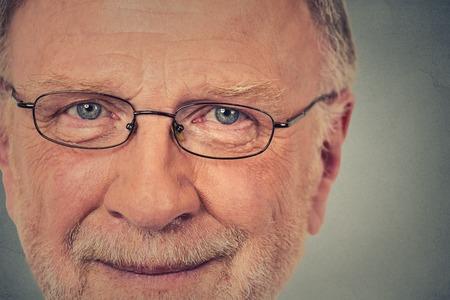 hombre viejo: Retrato de feliz viejo con gafas