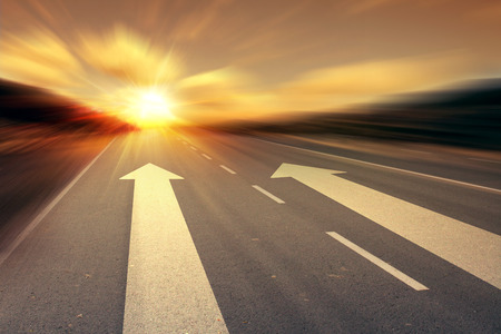 flecha direccion: flecha en la carretera