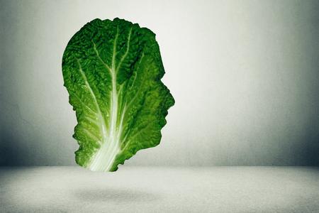 healthy lifestyle: Concepto de dieta saludable humana. Oscuro col rizada frondosa verde o en forma de símbolo de la cabeza de comer verduras frescas dieta inteligente usando fresco granja de productos orgánicos naturales de la hoja de la col. Dieta estilo de vida saludable