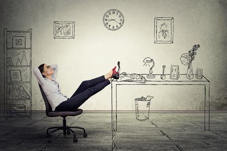 jefe: joven empresaria relajante sentado en la oficina Foto de archivo