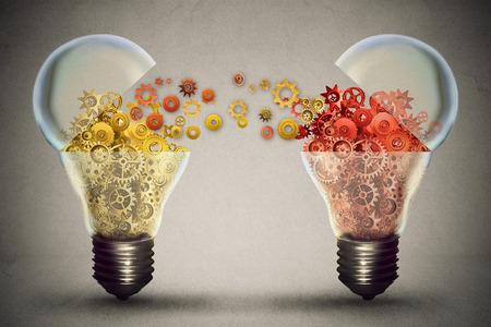 Concepto de intercambio de ideas. Acuerdo Ideas Invertir en innovación empresarial y el comercio respaldo financiero de la creatividad. Abrir icono bombilla con mecanismos de engranajes. La financiación potencial de crecimiento innovador Foto de archivo