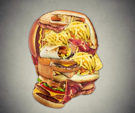 comida rapida: Insalubres concepto de salud de dieta con el grupo de comida rápida grasienta en forma de símbolo de la cabeza humana de peligroso estilo de alimentación y el icono de la adicción a la mala nutrición y el riesgo de enfermedades del corazón.