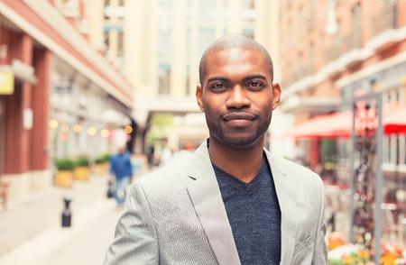 man face: Headshot portret van de jonge man die lacht geïsoleerd op buiten buiten achtergrond.