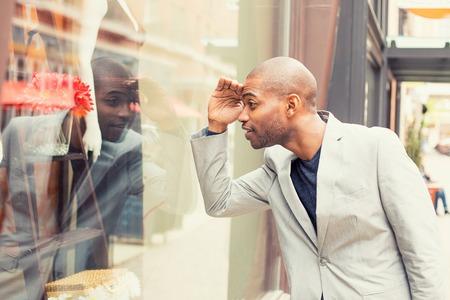 mannequin africain: Bonne bel homme à la recherche de nouveaux vêtements. Shopping time