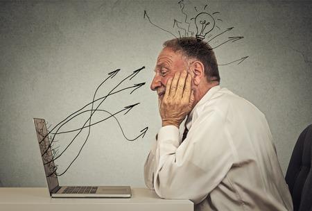 Zijprofiel senior Business man werken op de computer in zijn kantoor dromen heeft een idee Stockfoto