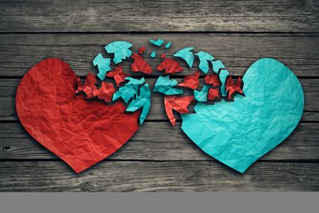 romance: Rapporto romantico concetto come due cuori di carta spiegazzato strappato su legno esposto come simbolo per attaccamento romanticismo e lo scambio di sentimenti e le emozioni d'amore.