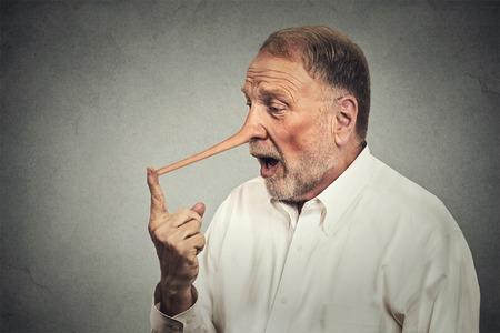 surprised: Hombre con la nariz larga conmocionado sorprendido aisladas sobre fondo gris de la pared. Concepto mentiroso. Expresiones Humanos cara, emociones, sentimientos. Foto de archivo