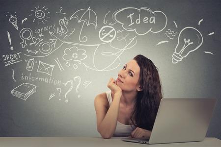 convivencia escolar: Primer retrato feliz mujer joven con sueños pensamiento equipo tiene muchas ideas mirando hacia arriba aislados fondo gris. Positivo emoción expresión cara humana. Concepto de proceso de toma de decisiones
