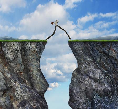 Superar el concepto de obstáculos como hombre de negocios con las piernas muy largas pasado caminando por dos acantilados altos como metáfora éxito puente para superar la obstrucción a resolver un problema