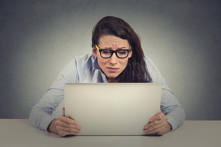 Benadrukt jonge vrouw op zoek naar laptop scherm