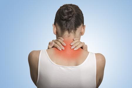 osteoporosis: Estilo de vida saludable. Enfermedad de espalda y columna vertebral. Portarretrato de vista posterior cansado hembra da masajes a su cuello de color en rojo aislado sobre fondo azul