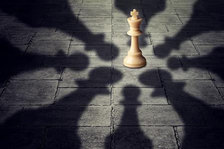 competici�n: Ganar juntos s�mbolo equipo de negocios haciendo equipo para derrotar a un oponente poderoso con ocho peones de ajedrez que rodea la competencia que forma s�lida asociaci�n que tiene �xito sobre el rey como el grupo