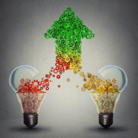 ブレーンストーミング新しいアイデア技術開発の上向き矢印記号の形で一緒に来てギア コグをリリース 2 つのオープン ガラスの電球としての創造的
