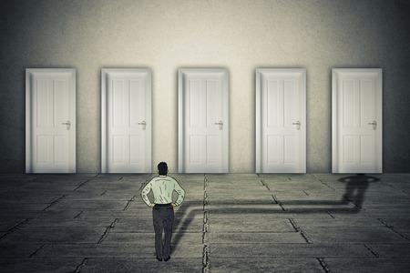 Hacer un concepto oportunidad elección. El hombre de negocios conjunto de oportunidades de carrera frente con su sombra proyectada prefiriendo o la elección de una puerta de entrada para el símbolo de probabilidades de éxito.