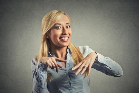 anillo de compromiso: Mujer emocionada que muestra su anillo de compromiso de diamantes