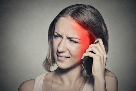 ruido: chica en el teléfono con dolor de cabeza.