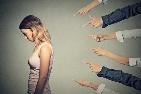 vrouwen: Concept van beschuldiging schuldige meisje.