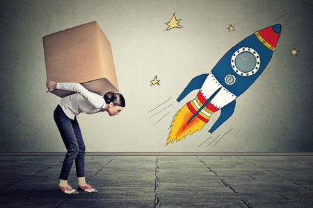 bonne aventure: Jeune femme avec de grands objectifs transportant grande boîte. Carrière concept cible de défi