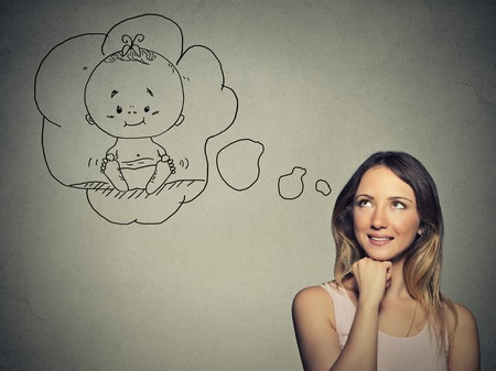 mujer reflexionando: Mujer del retrato pensando soñando con un niño