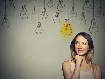 pensamiento creativo: Chica inteligente feliz con soluci�n bombilla encima de la cabeza