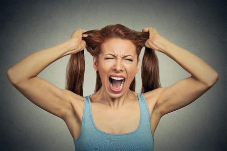 enojo: Retrato de una mujer muy enojado gritando actuar
