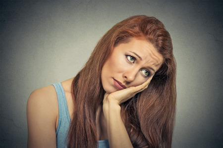 ragazza innamorata: Headshot di giovane donna triste