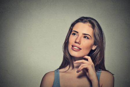 mujer pensando: Retrato hermosa mujer feliz pensamiento mirando hacia arriba aislados fondo gris de la pared con copia espacio.