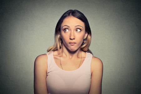 Verward schuldig uitziende vrouw Stockfoto