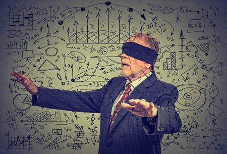 confundido: Retrato con los ojos vendados ancianos hombre de negocios mayor que va a través de datos de medios sociales