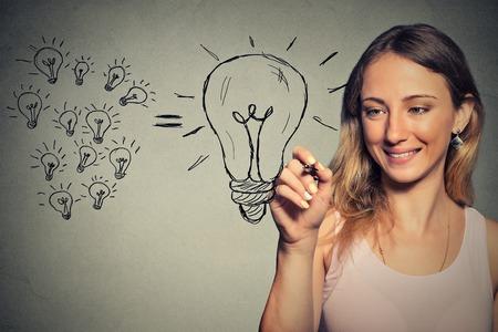 mladá žena má velkou myšlenku
