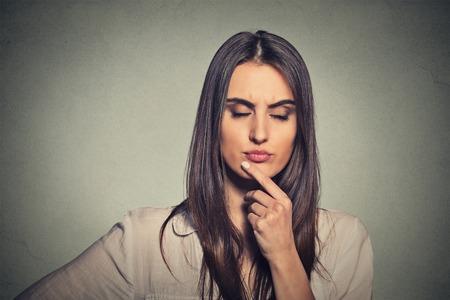 mujer pensando: Pensamiento de la mujer joven pensativo
