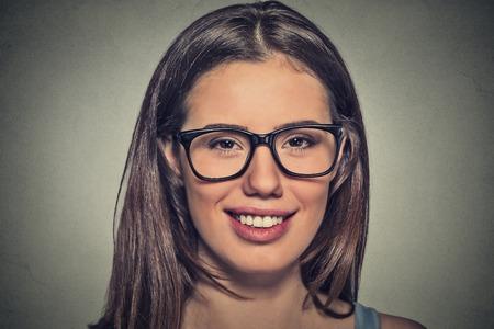ojos cafes: Mujer joven atractiva con los ojos marrones en las gafas
