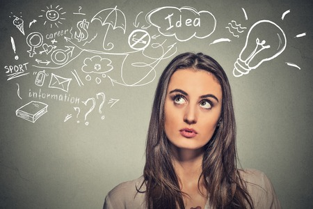 niña pensando: Retrato de pensamiento joven mujer sueños tiene muchas ideas mirando hacia arriba aislados fondo de la pared gris. Expresión de la cara humana emoción percepción vida. Concepto de proceso de toma de decisiones Foto de archivo