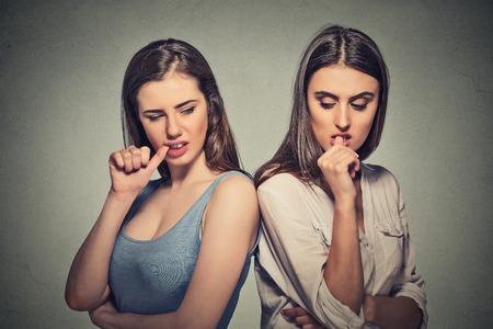 Deux belles filles en colère en passant par un conflit dans leur vie de relation Banque d'images - 43705139